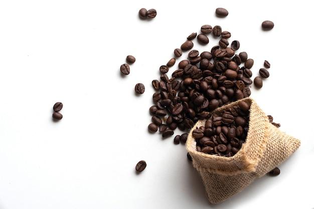 Grão de café isolado no branco isolado