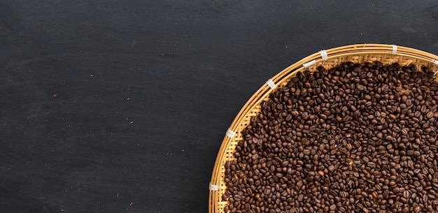 Grão de café no chão de madeira preta