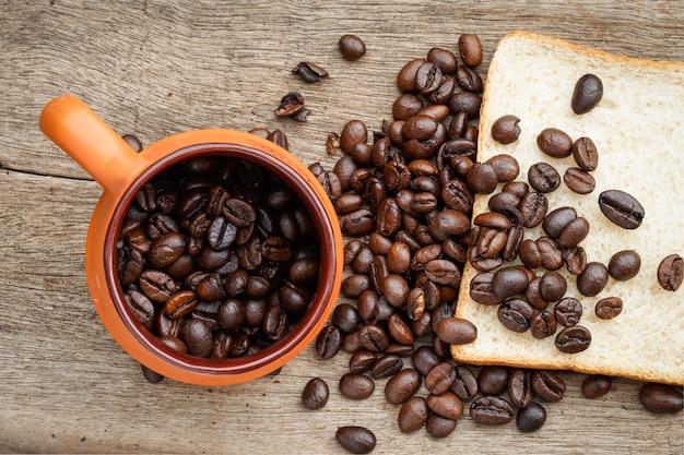 Grão de café no chão de madeira