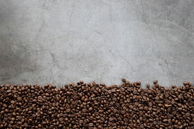Grão de café no fundo preto do assoalho de madeira