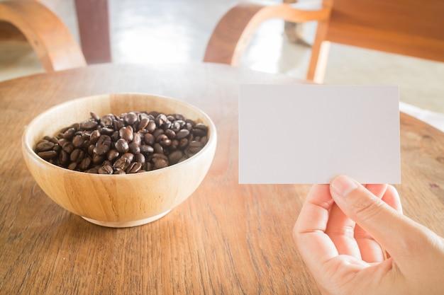 Grão de café torrado e cartão de visita