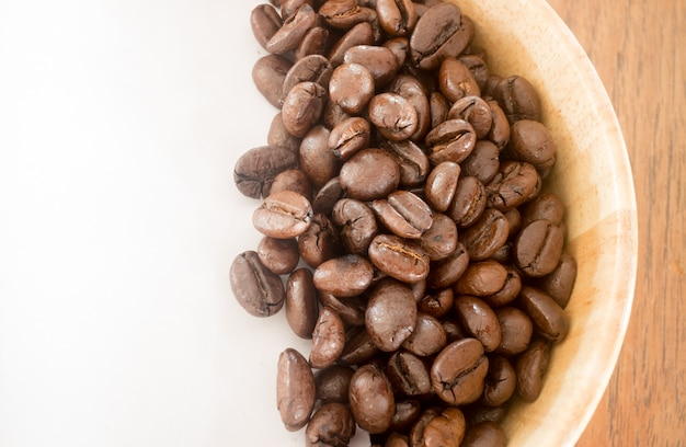 Grão de café torrado na tigela