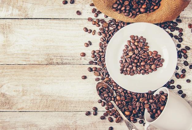 Grão de café. um copo de café. foco seletivo.