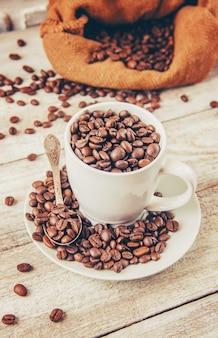 Grão de café. um copo de café.