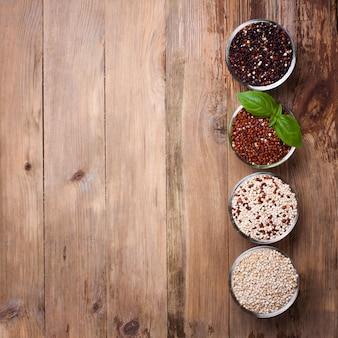 Grão de quinoa cru branco, vermelho, preto e misto
