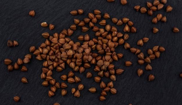Grão de trigo sarraceno no preto, vista superior