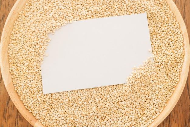 Grão e cartão orgânicos do quinoa