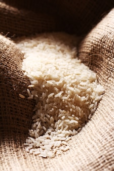 Grãos de arroz branco em pano de saco
