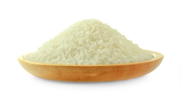 Grãos de arroz isolados no branco