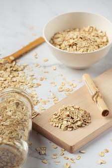 Grãos de aveia e carretéis de trigo em recipientes