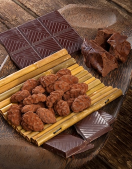 Grãos de cacau, chocolate amargo e trufas de chocolate