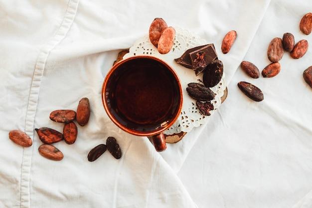 Grãos de cacau crus (cacau), chocolate preto em saco marrom