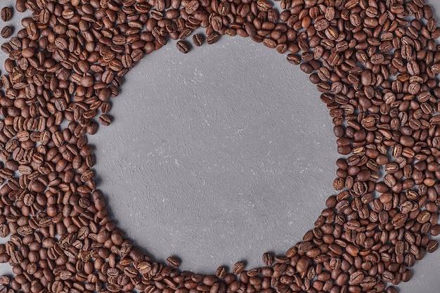 Grãos de café arábica em forma de círculo.