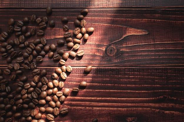 Grãos de café arábica no fundo de madeira.