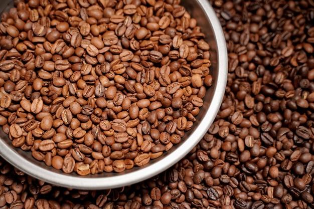 Grãos de café arábica que são torrados, assados e classificados