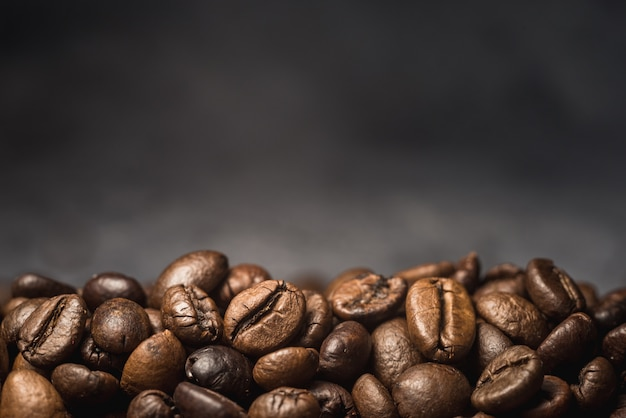 Grãos de café aroma em fundo preto
