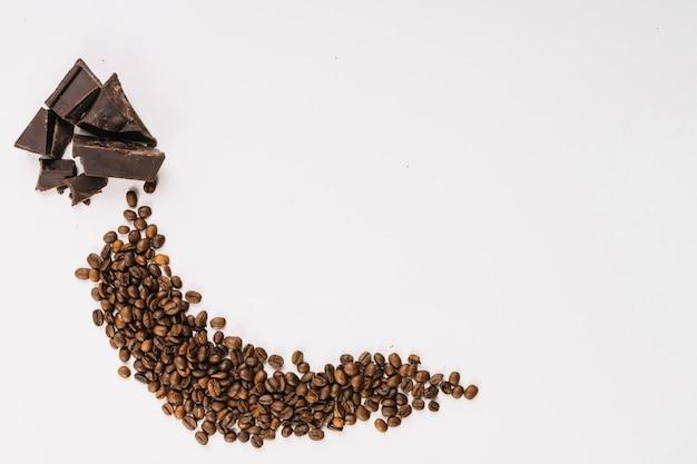 Grãos de café aromáticos e chocolate