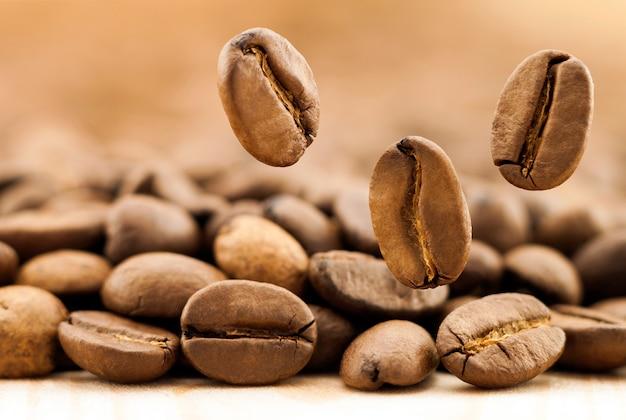 Grãos de café caindo.