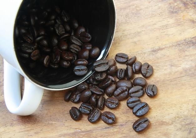 Grãos de café cair do copo