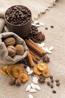Grãos de café, canela, anis estrelado, nozes, noz-moscada, frutas secas