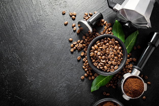 Grãos de café com adereços para fazer café
