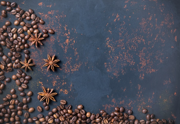 Grãos de café com anis de especiarias na pedra enferrujada superfície fundo
