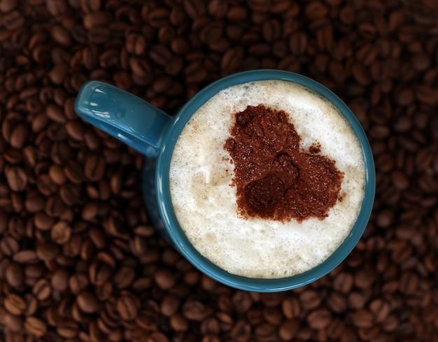 Grãos de café com caneca no meio