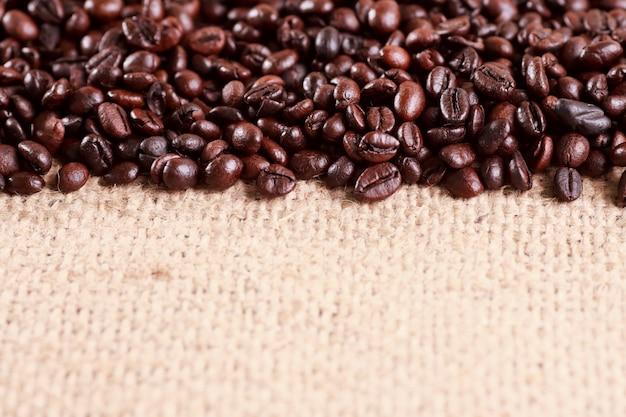 Grãos de café com colher de saco.