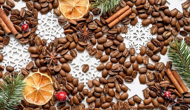 Grãos de café com especiarias aromáticas e fundo de decorações de natal