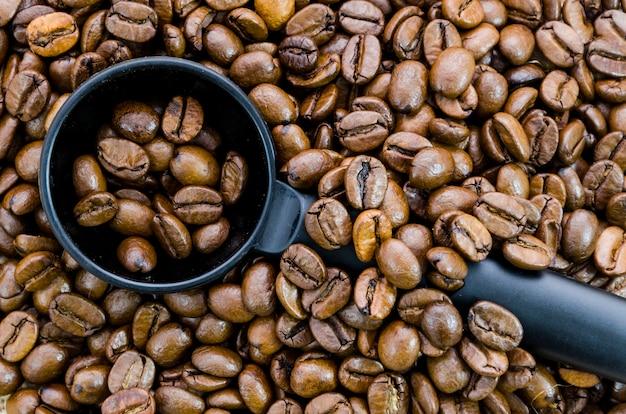 Grãos de café com ferramenta