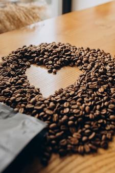 Grãos de café com formato de coração na mesa