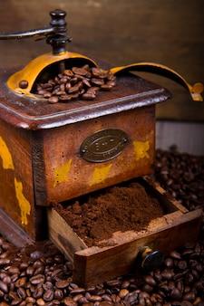 Grãos de café com moedor