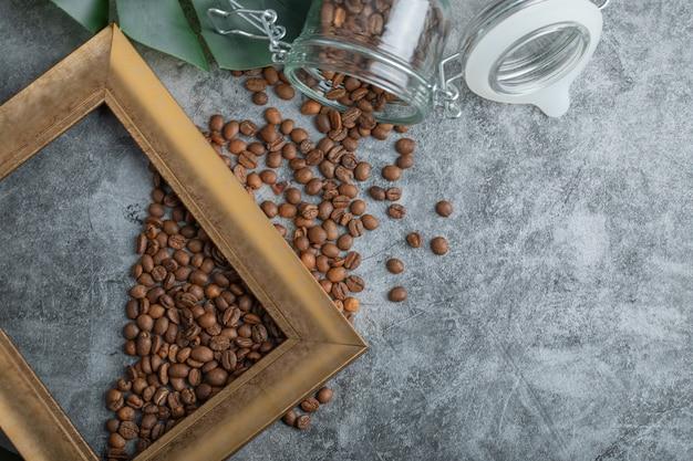 Grãos de café com moldura em um fundo cinza.