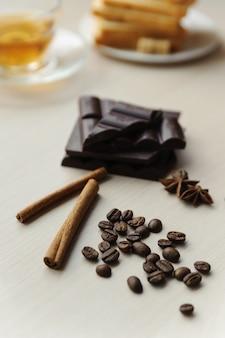 Grãos de café com paus de canela e chocolate