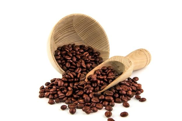 Grãos de café com utensílios de cozinha de madeira velha