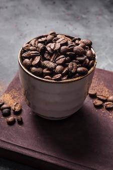 Grãos de café de ângulo alto na xícara