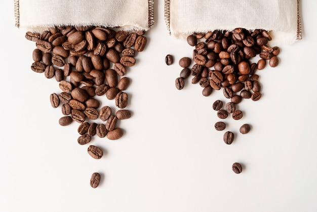 Grãos de café de cabeça para baixo em sacos de serapilheira