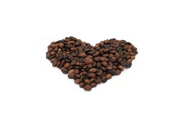 Grãos de café de forma de coração no fundo branco
