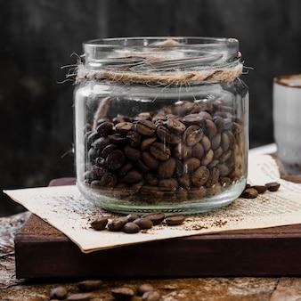 Grãos de café de frente na jarra