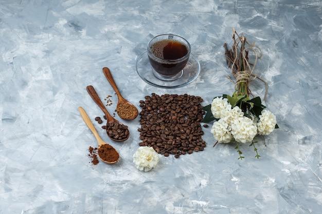 Grãos de café de visão de alto ângulo, xícara de café com grãos de café, café instantâneo, farinha de café