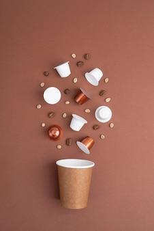 Grãos de café de vista superior e cápsulas de café