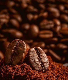 Grãos de café, deitado sobre um monte de café