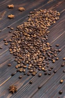 Grãos de café derramados na mesa. spice anis estrelado.