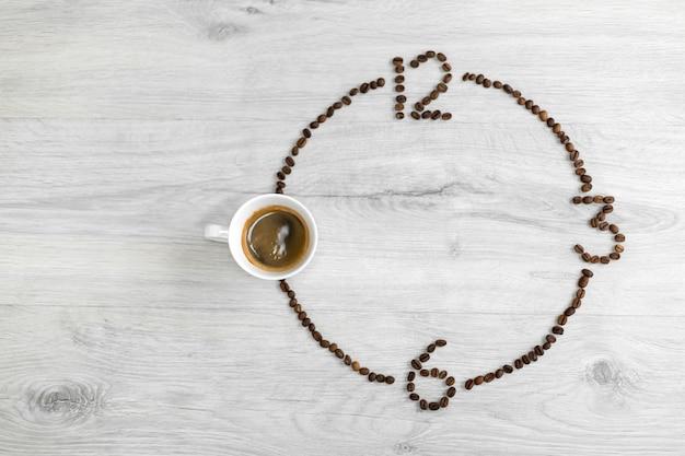 Grãos de café dobrados na forma de um relógio