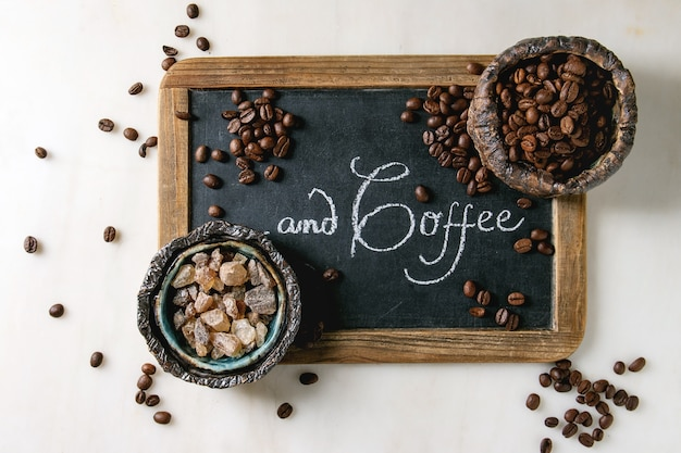 Grãos de café e açúcar