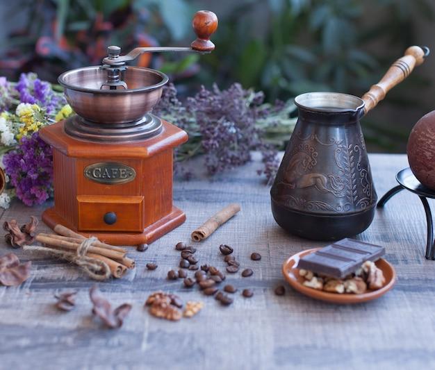 Grãos de café e antigo moinho de café