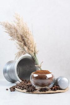 Grãos de café e café moído na peça de madeira. foto de alta qualidade