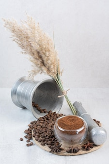 Grãos de café e café moído na peça de madeira