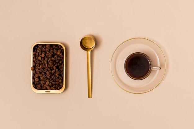 Grãos de café e café preto
