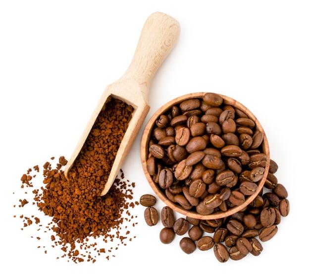 Grãos de café e café solúvel em utensílios de madeira